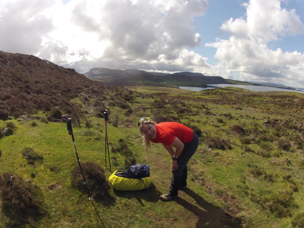 Rita beim Umziehen auf Etappe 1 am Skye Trail