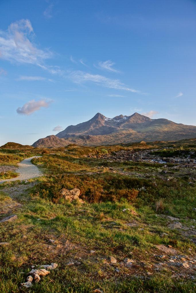 Wandern am Skye Trail mit Blick auf die Cuillin Hills.