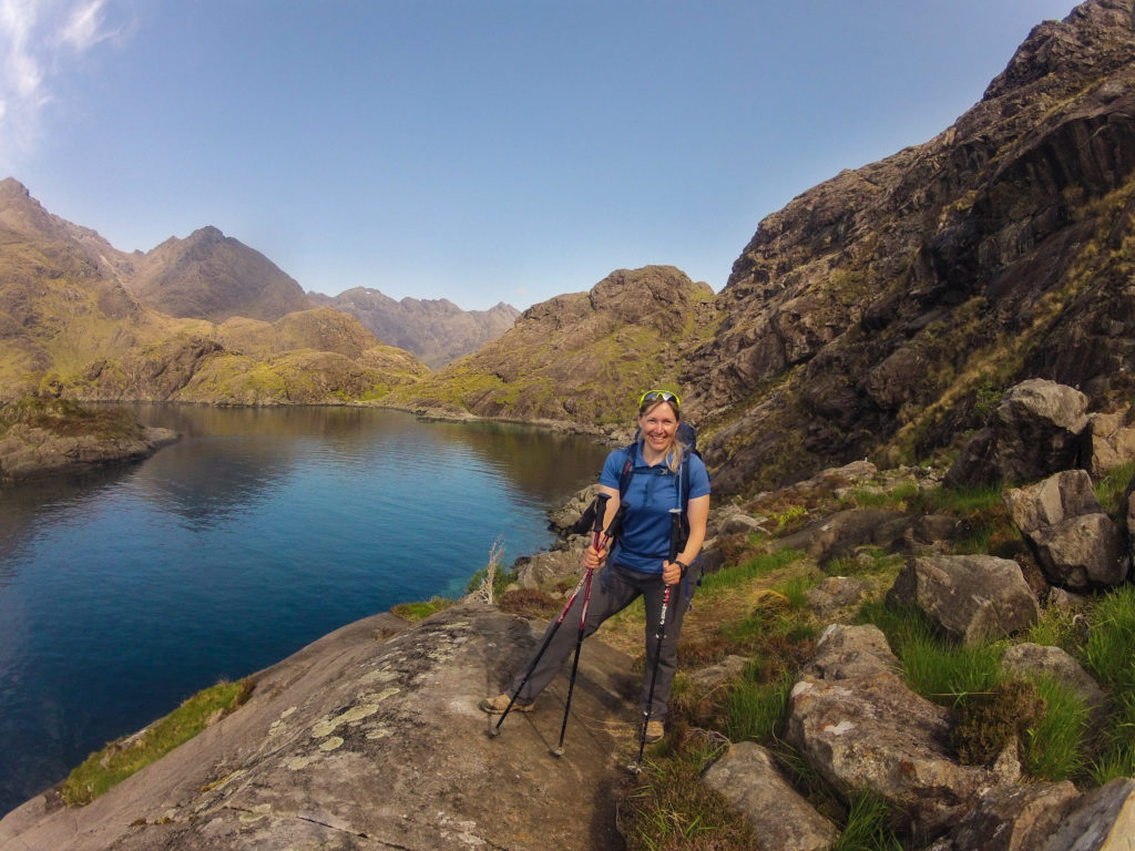 Rita am Loch Coruisk, Start Etappe 6 am Skye Trail