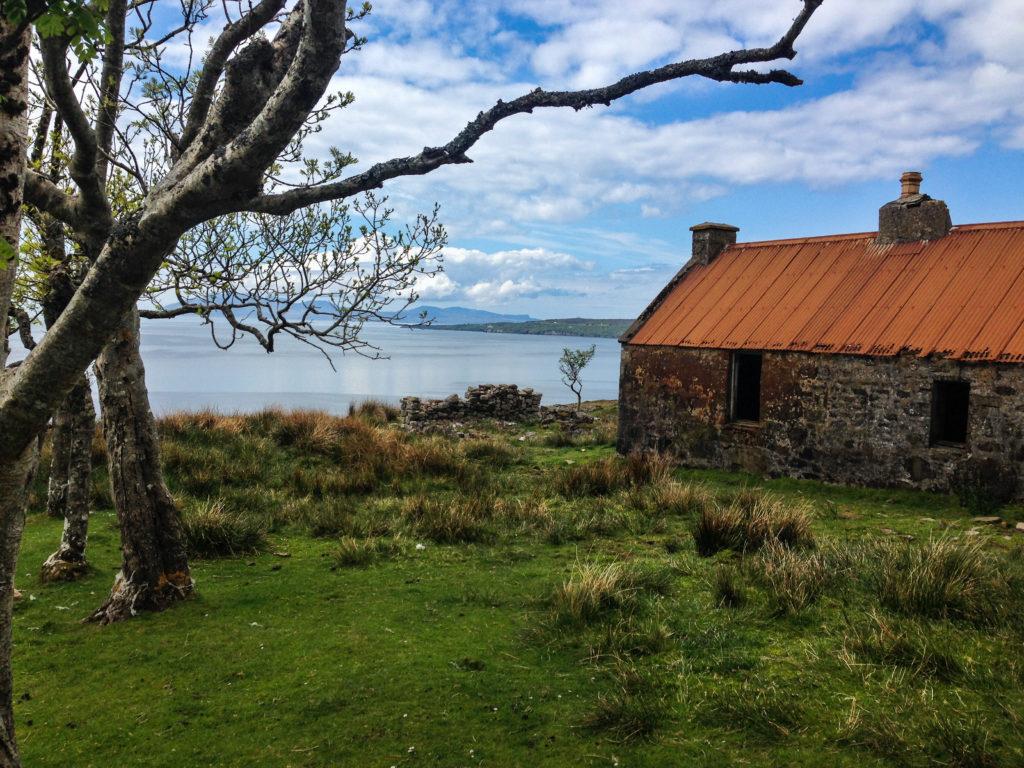 verfallenes Haus am Meer in Suisnish auf Etappe 7 am Sky Trail