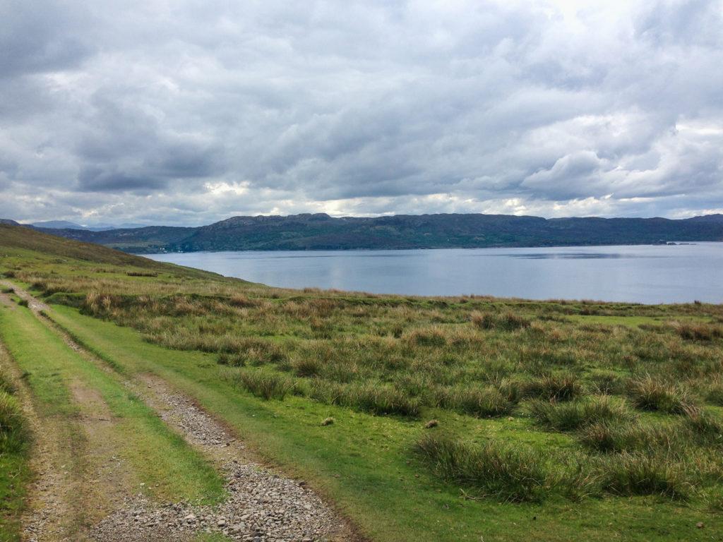 Schotterstraße mit Blick auf das Meer, Etappe 7 am Skye Trail