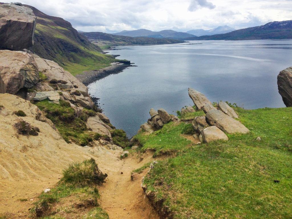 Weg hinunter zum Meer auf Etappe 7 am Skye Trail
