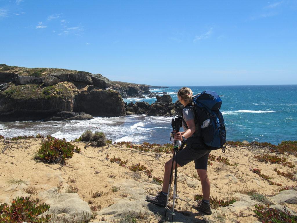 Rita beim Wandern auf Etappe 1 am Fischerpfad