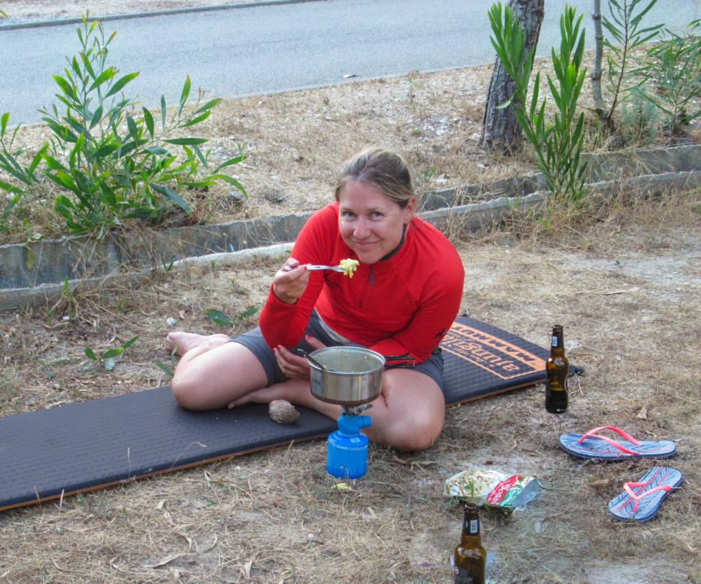 Rita beim Kochen am Campingplatz in Zambujeira do Mar