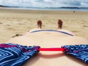 Rita im Bikini am Strand von Loredo... auf den Spuren der Pilger